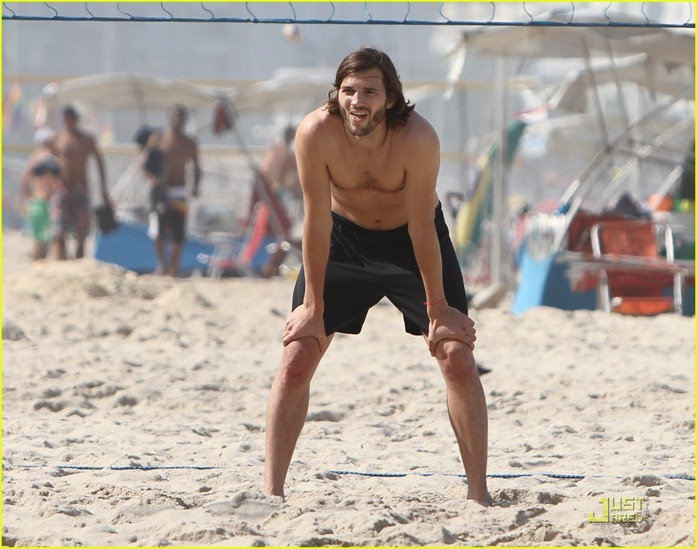 ashton-kutcher-beach-volleyball-01