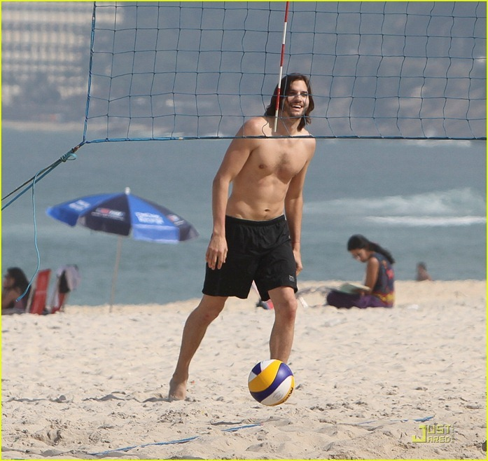 ashton-kutcher-beach-volleyball-02