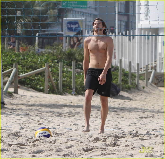 ashton-kutcher-beach-volleyball-03