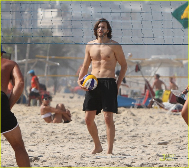 ashton-kutcher-beach-volleyball-05
