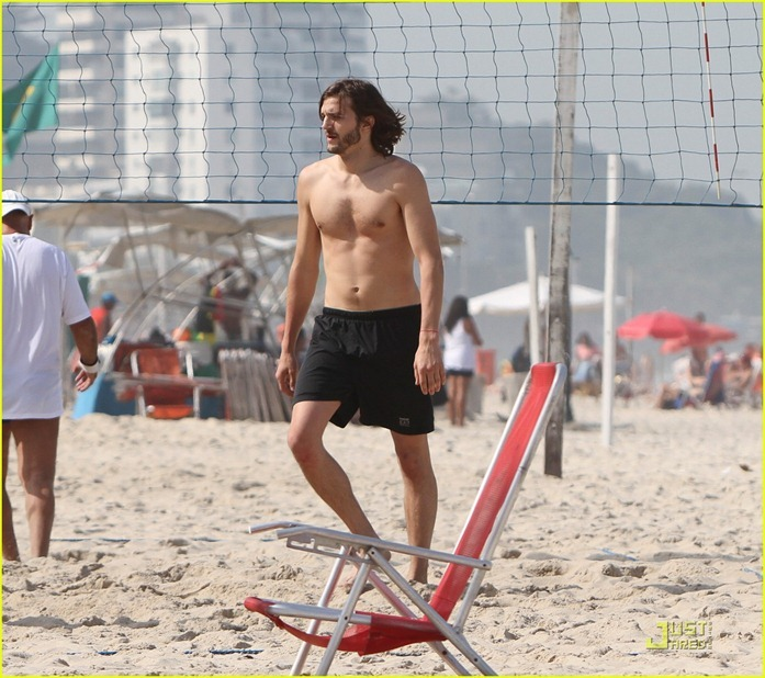 ashton-kutcher-beach-volleyball-07