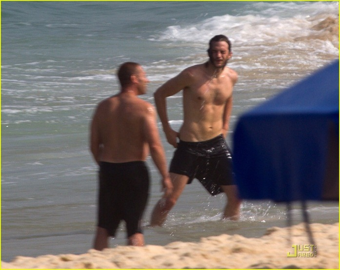 ashton-kutcher-beach-volleyball-08