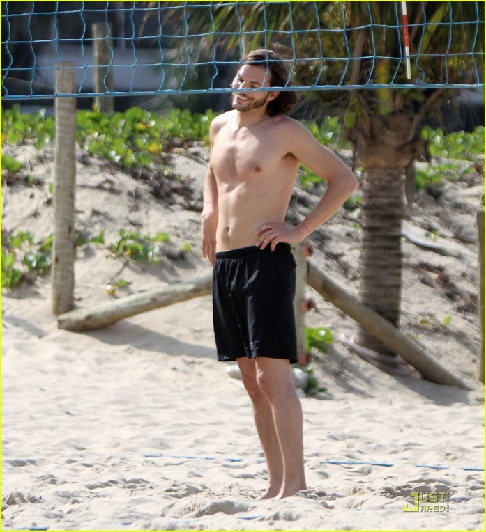 ashton-kutcher-beach-volleyball-09