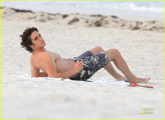 diego-boneta-shirtless-miami-03