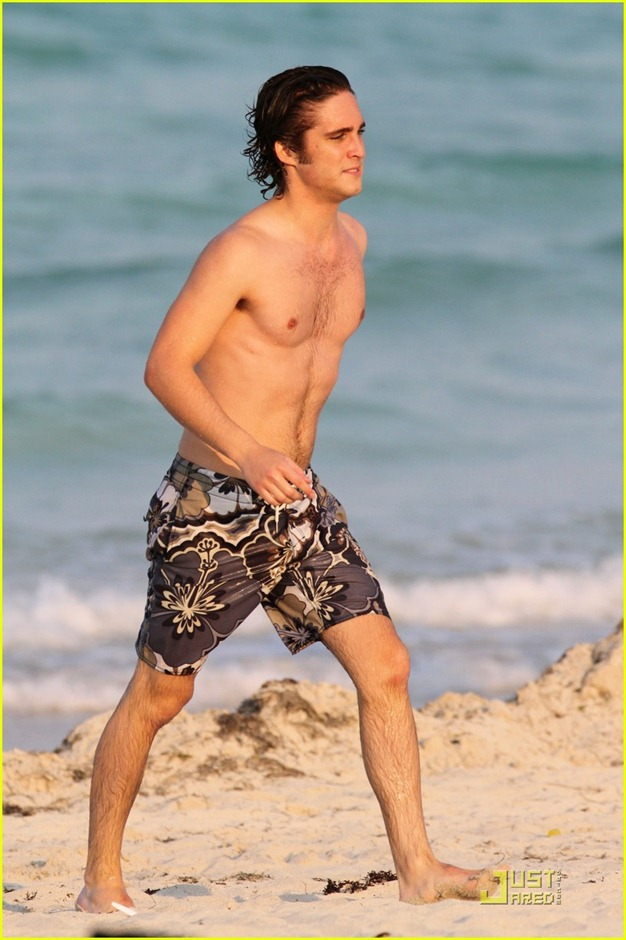 diego-boneta-shirtless-miami-04