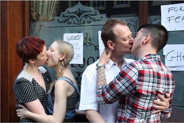 besos gay