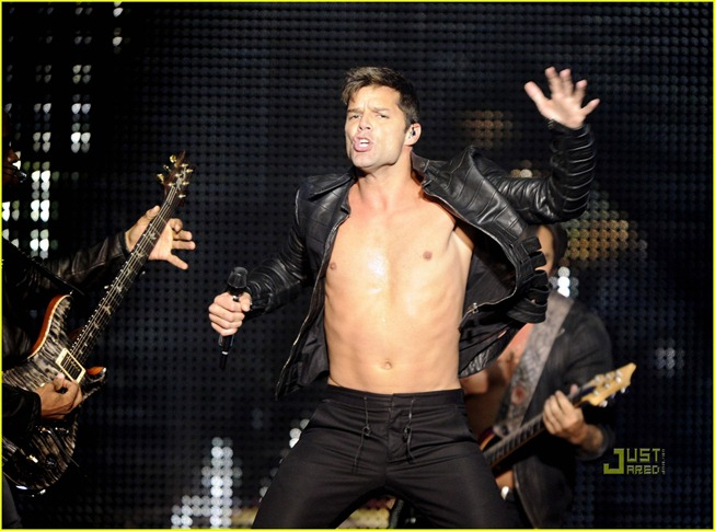 ricky-martin-shirtless-concert-amsterdam-02