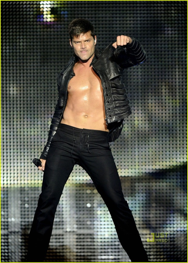 ricky-martin-shirtless-concert-amsterdam-12