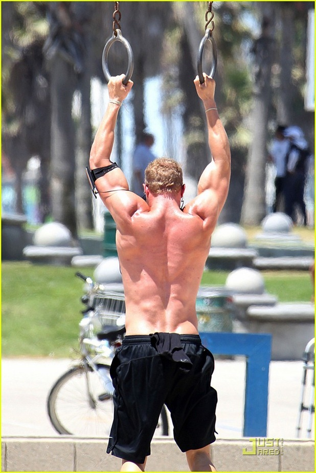 kellan-lutz-shirtless-workout-and-arena-trailer-05
