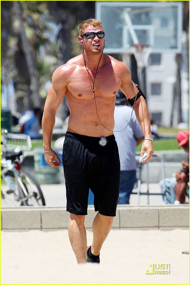 kellan-lutz-shirtless-workout-and-arena-trailer-09